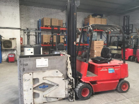 林德E20,载重2.0吨,两级升高4.6米,四轮实心胎,配卡斯卡特冰箱夹