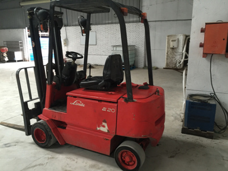 林德E20,载重两吨,两级升高3米,四轮实心胎
