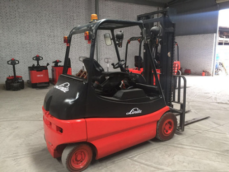 林德E25三级升高5米,带侧移,四轮实心胎,载重2.5吨