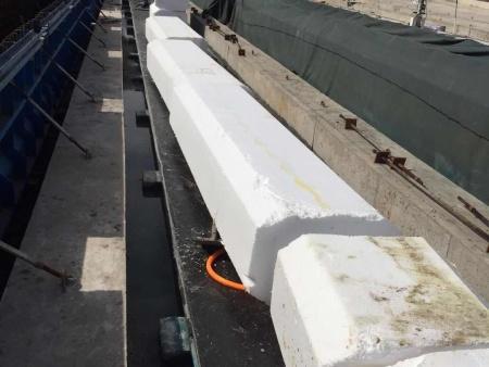 空心板桥梁内模填充工地