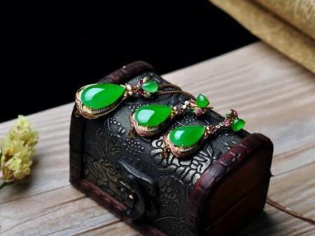 我们购买珠宝时,买的是它的三大特性和三大功能,少一条掉价一个档次