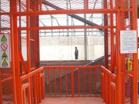 河南升降货梯厂家教大家解决关于升降平台倾斜的问题