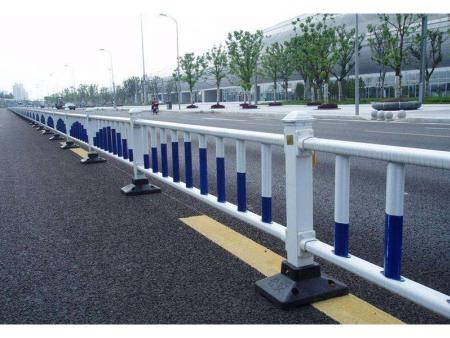 为什么公路防护栏有凹槽?