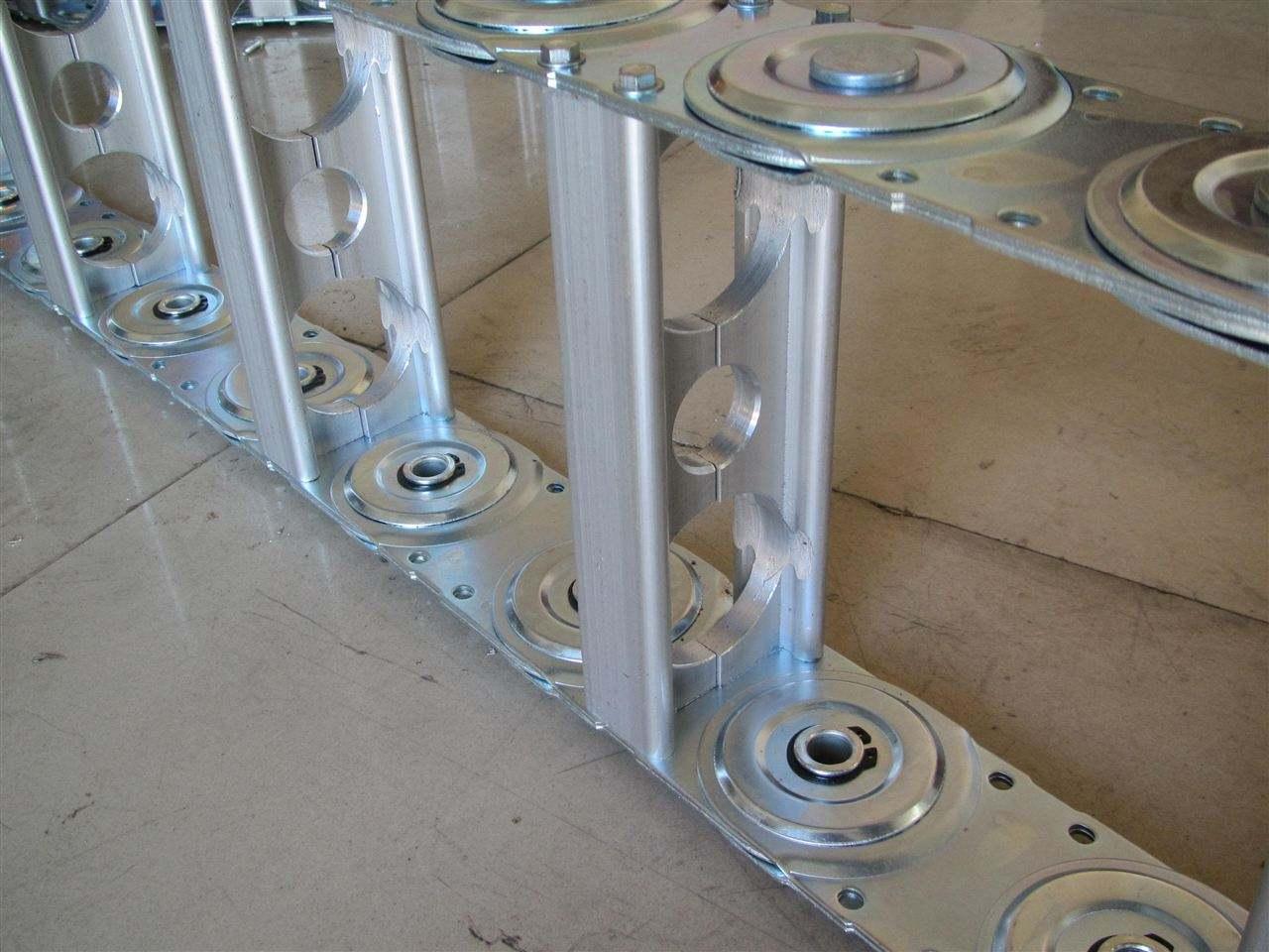 鋼制拖鏈內部經常用到隔離片