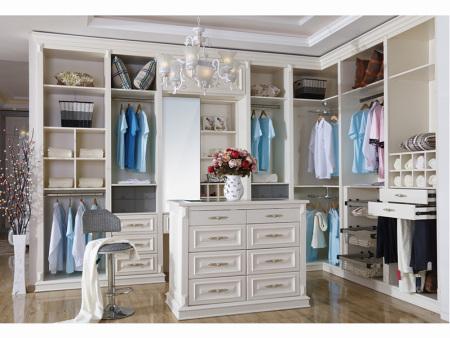 兰州衣柜定制厂家——选择定制衣柜时平开门及推拉门的优点所在