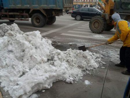 铲车清运积雪