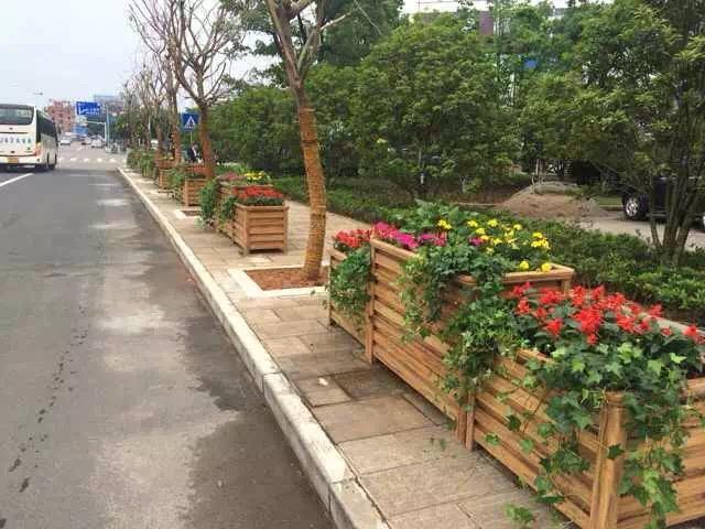 沈陽道路花箱護欄廠家告訴你花箱在道路兩旁位置起到的作用