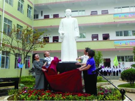 二〇一三年陶行知塑像在贵州六盘水第二小学落成