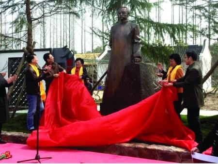 二〇一四年二月博杰先生应邀为上海市崇明区《行知园》创作完成了陶行知先生铜像。