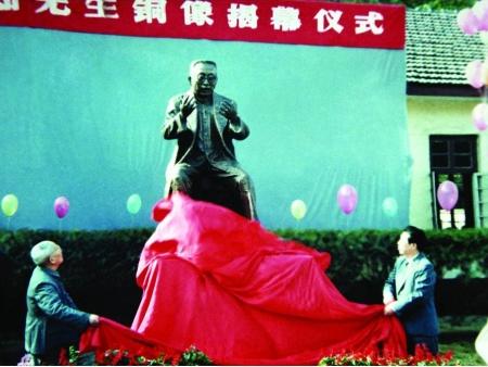 一九九一年为纪念陶行知先生诞辰100周年,博杰先生应邀为陶行知创办的南京晓庄师范雕塑了陶行知铜座像。