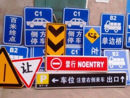 马路上的交通设施有什么作用