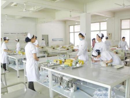 护理专业学生在学校护理实验室操作