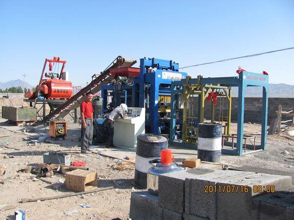 液壓水泥制磚機二次布料生產面包磚過程