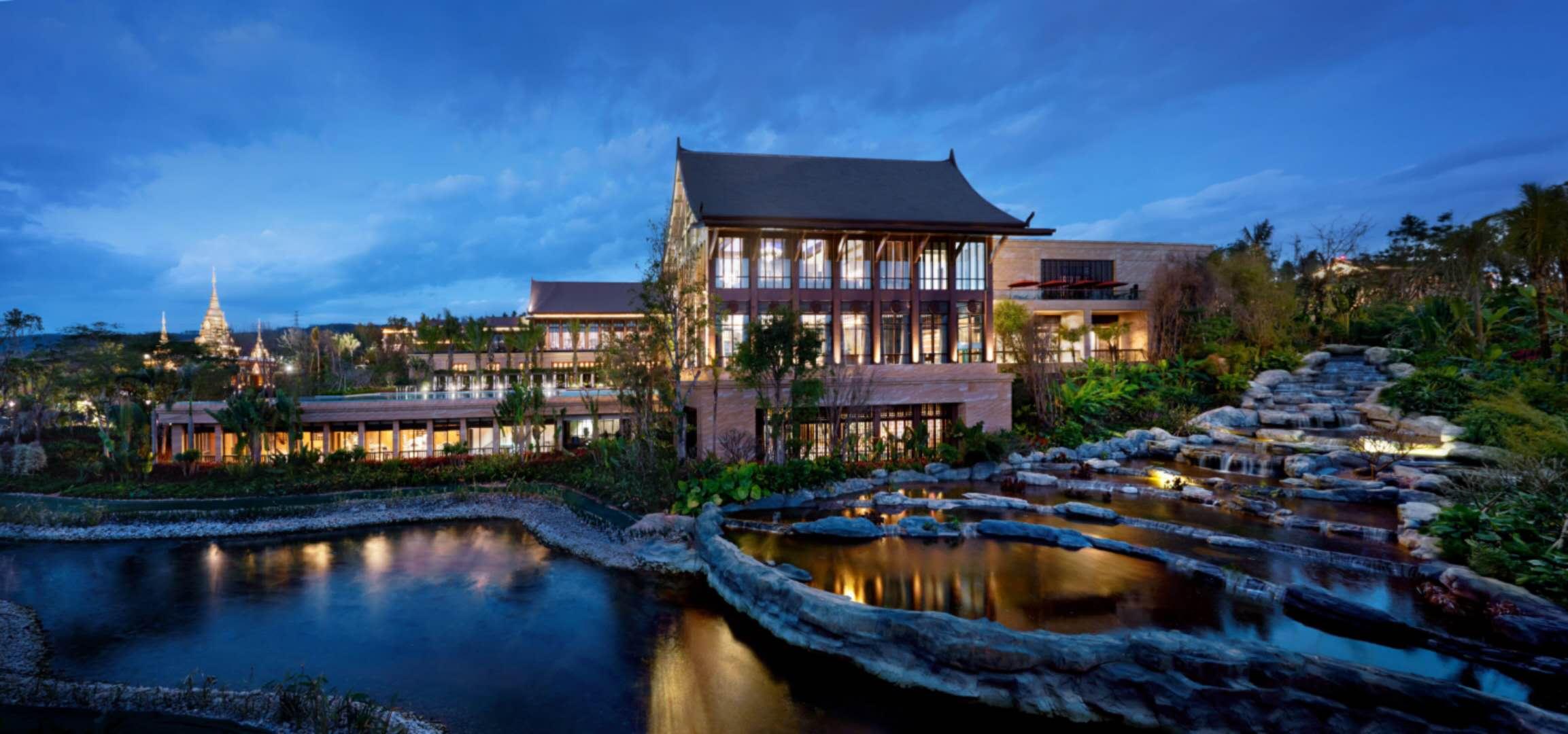 项目占地 107.04亩, 总建筑面积约18万平方米, 计容面积 17.6万平方米, 容积率 2.47, 建筑密度 44.21, 绿地率 30.1%。 其中商业744间,面积5万平方米,住宅及酒店公寓1456间,面积9.4万平方米。  定价约11000左右 户型分别36-55平方的精装公寓                  60-108平方的一进式套间。 各商铺整租代售。都是带租约出售。而且我们是准现房今年12月30号之前毛坯交付 交房日期:2019年6月30前精装修交付