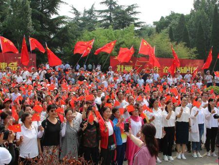 庆祝中华人民共和国成立70周年快闪活动在红旗渠纪念馆分水闸进行