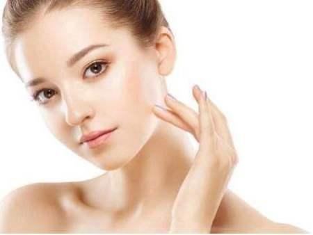 """化妆品安全科普宣传周  """"国家药监局提示您:请正确认识化妆品功效,化妆品不能代替药品,不能治疗皮肤病等疾病""""。"""