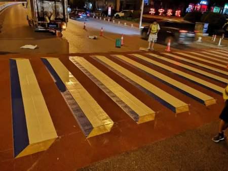 郴州第一条3D立体彩色斑马线