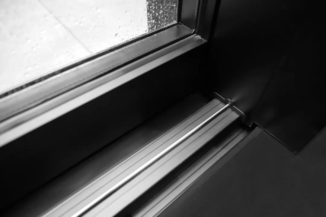 索霏娅门窗主要产品有:系统门窗、阳光房、铝木等
