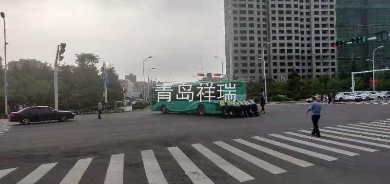 为青岛祥瑞安保人员点赞,手推公交车防止造成道路拥堵