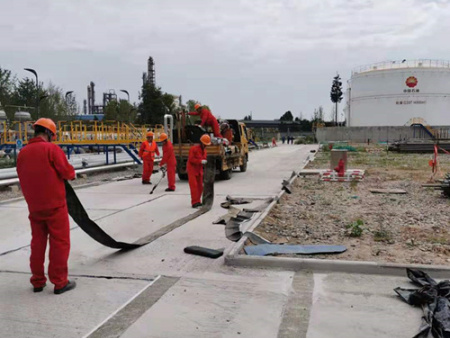 西安道路灌缝施工-路康工程为中石油进行灌缝抗裂贴施工