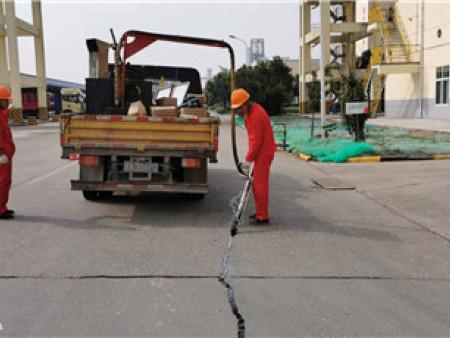 西安道路灌缝施工-路康工程为兴平化工厂灌缝施工