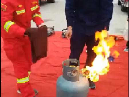 煤气罐着火先灭火还是先关阀门-消防员示范给你看