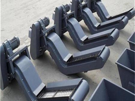 刮板排屑机多是采用链条拖动刮屑板将切屑沿排屑机底部刮出