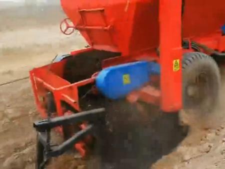 牵引式有机肥施肥机