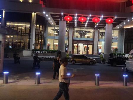 漳州大酒店_漳州賓館全自動防撞柱安裝驗收完成
