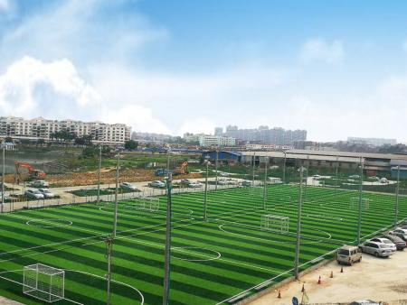 人造草坪系统中为什么要包含橡胶颗粒和石英砂