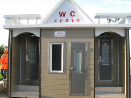 二側位移動公廁