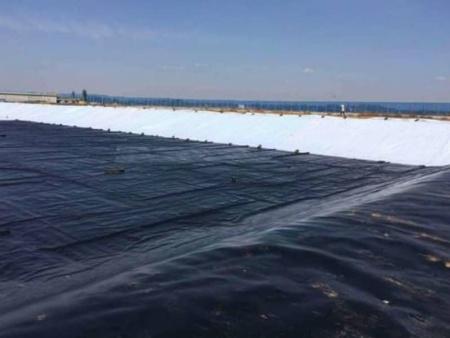 進行焊接處理復合土工膜時需要先去除表面的沙子等