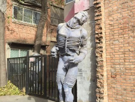 辽宁白钢雕塑:影响玻璃钢雕塑老化的因素有哪些?