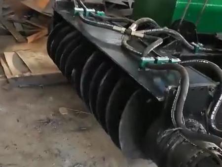 爬吸式挖泥船工作现场
