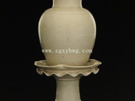 唐白釉带托塔形瓷盖罐