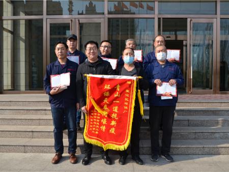 4月17日宣化区天泰寺街办事处两名工作人员带着锦旗和表彰证书来公司慰问
