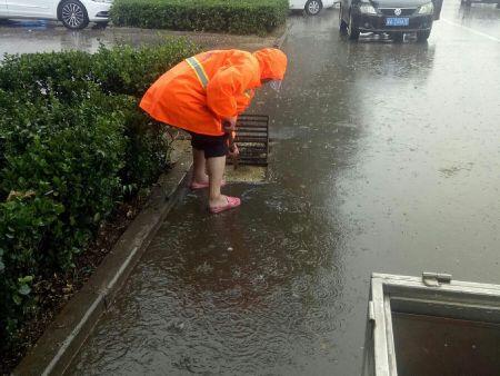 暴雨中的坚守  岗位中的担当