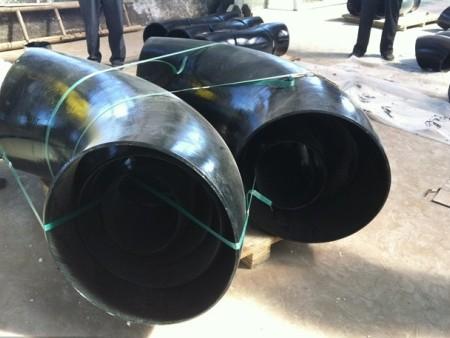 碳钢弯头接头是两根大口径管子