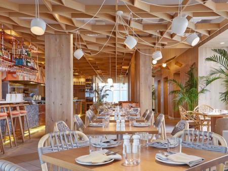 众派思商业设计分享   加拿大KōST酒店顶层主题餐厅设计
