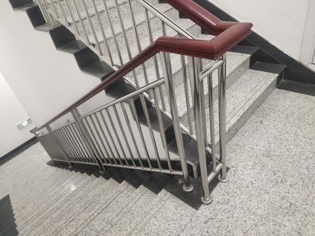 楼梯扶手不锈钢楼梯扶手还是木扶手好