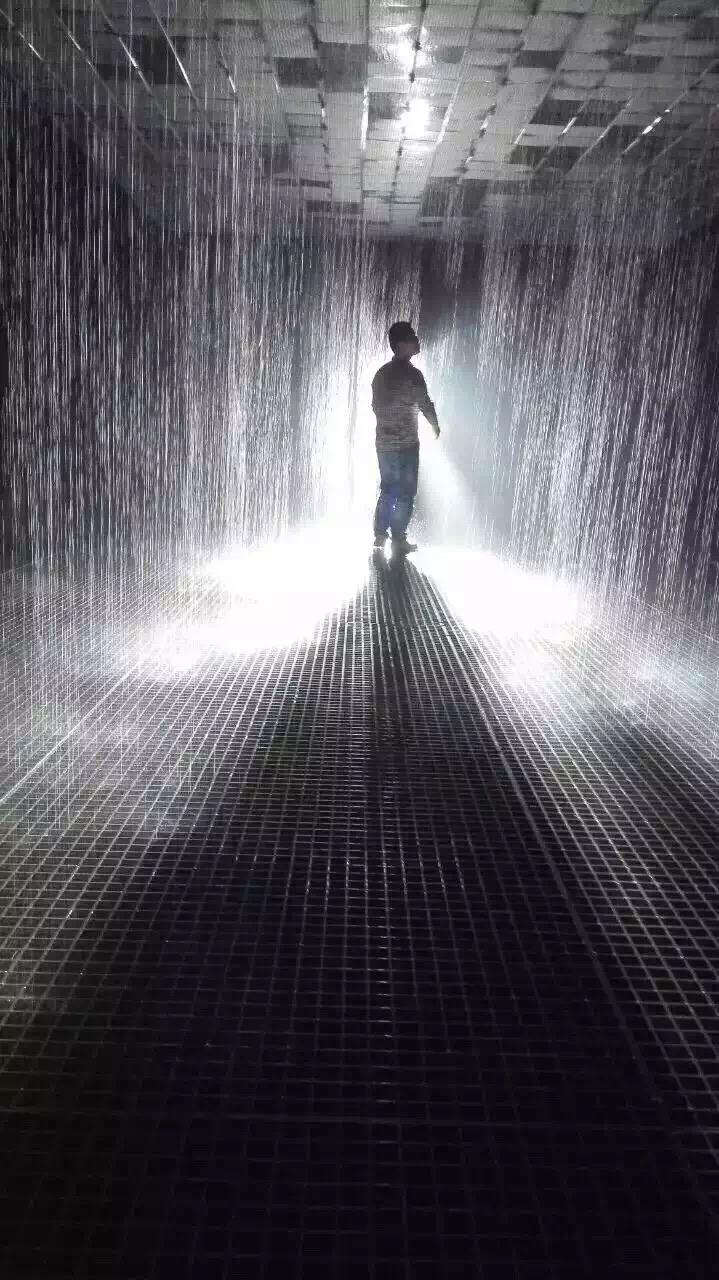 """详细说明 北京雨屋出租、雨屋展览道具出租 雨屋内的雨并非是一场平凡无奇的人工降雨,而是神奇的控制雨。而""""雨屋""""之所以能控制雨,在于运用""""3D跟踪摄像头""""随时监控人们的动作。它会把你的坐标以及游客的实时运动情况发送给计算机,再由控制系统关闭相应位置水管的电磁阀。 雨屋不仅仅是为了看水观人,玩转雨屋要的是你不去在乎别人的眼光,尽享全新挑战。你可以求婚示爱,也可以装逼文艺。你可以带上道具、扛起单反,也可以组对情侣、团个兄弟、约堆闺蜜。不管怎么玩,只要你有创意,雨屋就能实现你想法。 平方米"""