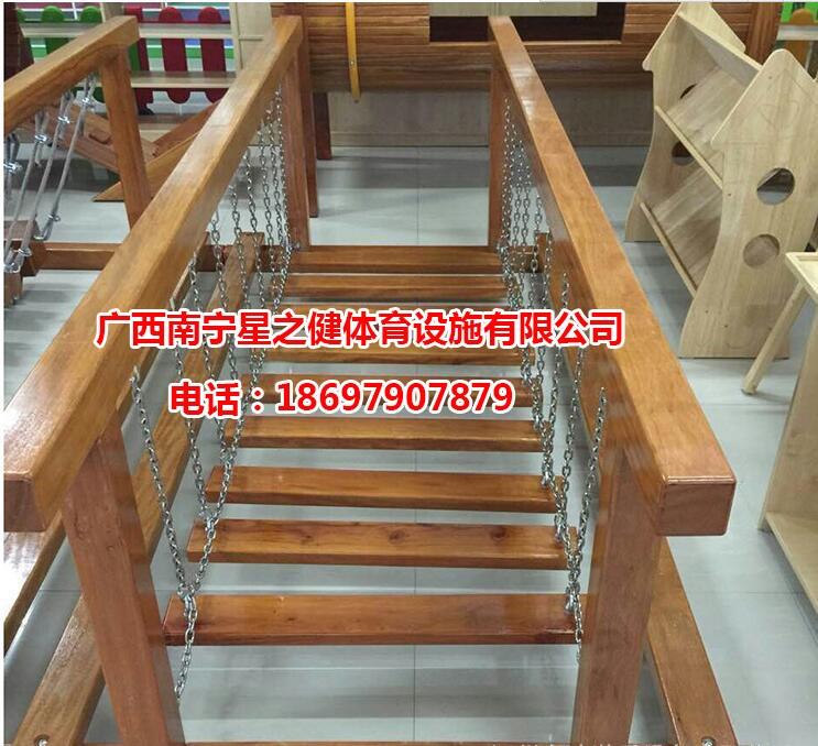 幼儿园楼梯麻绳墙面布置