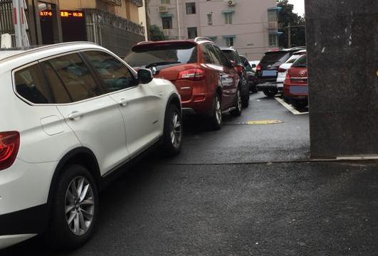 """上海静安区某小区上演停车""""惊人""""一幕 叫你敢进不敢出"""