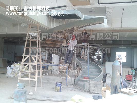 苏州同瑞装饰实业有限公司坐落于江苏省太仓市,最初成立于1996年国庆,现拥有自建厂房及生产加工设施等固定资产近亿元,是世界上专业从事异型、高难度玻璃楼梯、钢结构楼梯、木楼梯、大理石楼梯、旋转楼梯、螺旋楼梯、圆形楼梯等技术含量高的专业楼梯制造商。 公司积累了近三十年的设计、制作、加工生产、远程安装的实际经验,完成了许多著名的工程案例和太多其他公司撂下的烂尾楼梯工程。 国内注册为从事玻璃楼梯、金属楼梯、木质楼梯及其他各类新材质楼梯技术领域的技术开发、技术咨询、技术转让、技术服务,楼梯的制造销售和安装的技术型