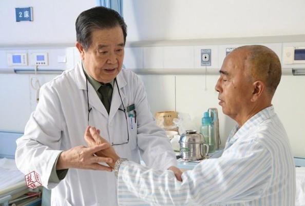 82岁老医生心脏装了6枚支架还坚持在第一线.png