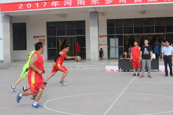 米多奇食品公司在員工餐廳廣場進行了一場籃球友誼賽|新聞動態-河南米多奇食品有限公司