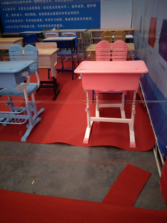 元九课桌椅