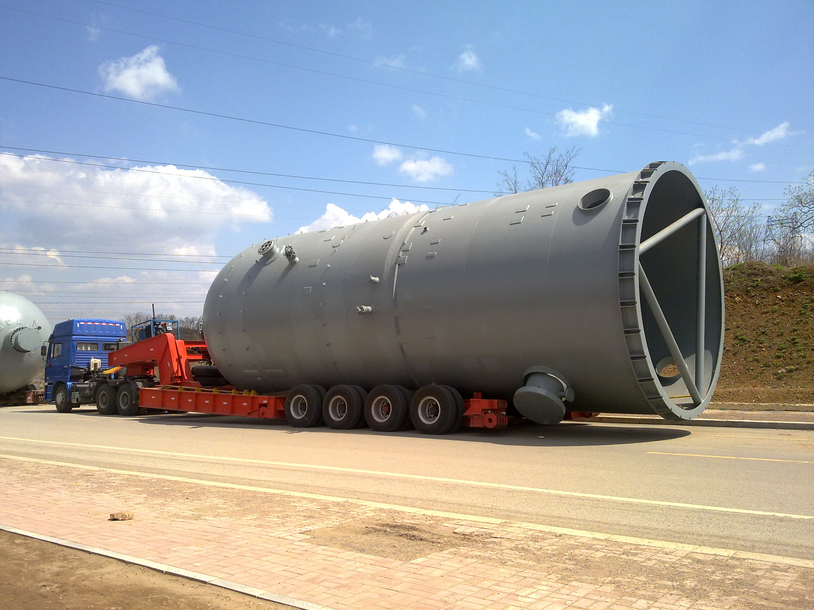 上图是公司承运西安冶金厂-新疆克拉玛依油田设备bob登录,长14米、直径4.65、重43吨,本次bob登录难点是:货物长度长、直径大、重量重,特别在高度过大的情况下,彰显出框架板的优势,由板车自身内无承重大梁,可将部分尺寸镶嵌在板车承重梁一下,为本次成功bob登录提供了重要数据保障。.jpg