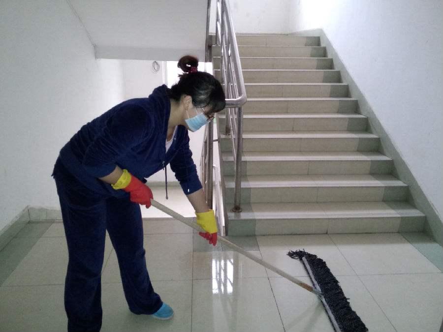 学校楼道保洁现场