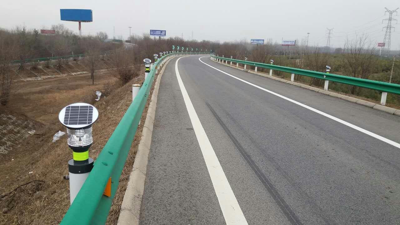 高速路口太阳能交通警示灯.jpg